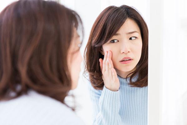 臉泛紅是什麼原因造成的?(Shutterstock)