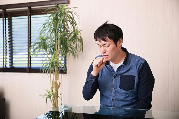 肺纤维化两种最常见的症状,就是干咳和在简单活动中出现呼吸短促。(Shutterstock)