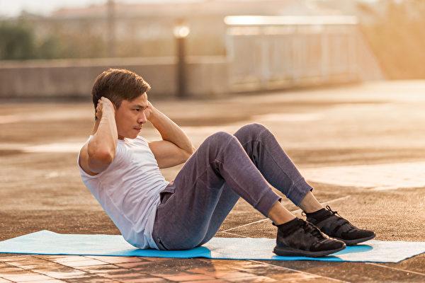 仰卧起坐能增强腹肌、稳定身体核心,但姿势错误也容易导致运动伤害。(Shutterstock)