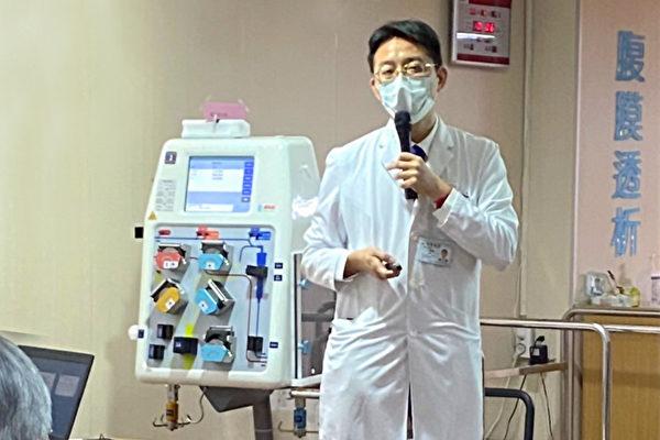 卫生福利部桃园医院副院长王伟杰与医疗团队以血液净化疗法救回患者。(桃园医院提供)