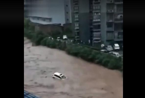 重庆多地成泽国 汽车如纸船般被洪水冲走