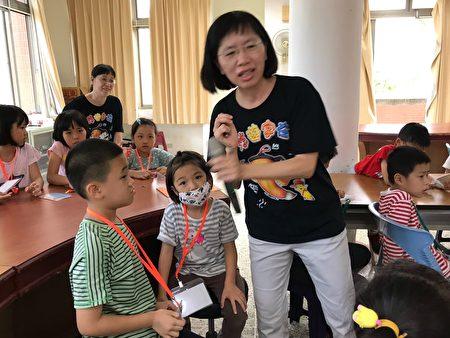 悠遊老師美媛說,現在全世界很流行學漢字,在影片中老外不懂漢文,分不清簡體字和繁體字,與低年級的小朋友問,老外該學什麼字體,小朋友反應相當快,說當然是繁體字。
