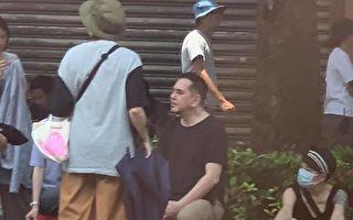 黃秋生出現在路邊坐塑膠椅 網友:也太路人了