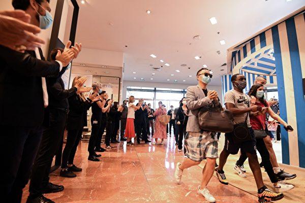 组图:巴黎著名老佛爷百货重新开业