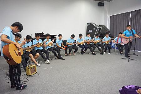 茑松艺术中学曼陀林社团演出三首曲子。