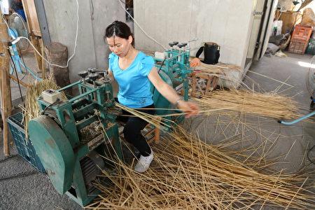 时中帽制作过程,用机器剖开竹子。