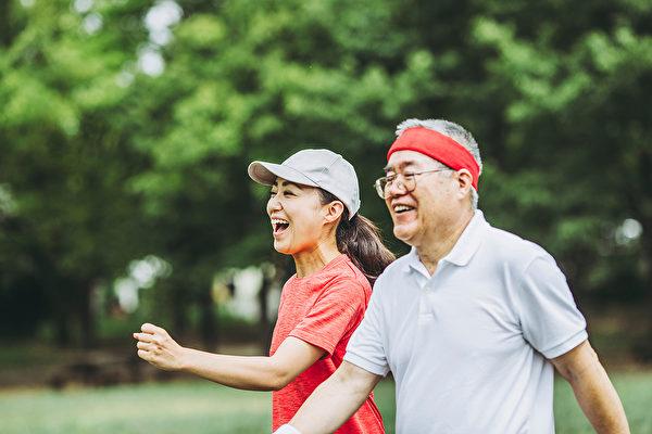 散步依然是治療失智症的最佳良藥。(Shutterstock)