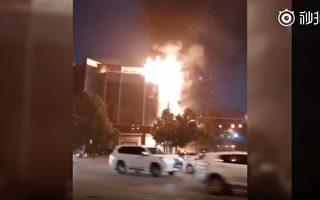 陕西渭南公安局大楼突发火灾 从楼顶烧到楼底