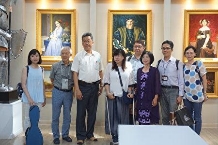 1340校长张凯瑞(左三)代领来宾参观学校美术班的多功能艺廊!