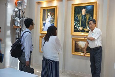 校长张凯瑞(右)向来宾导览学生作品。