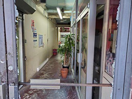 格蘭街197C小型購物商場兩邊的大門都被打爛。