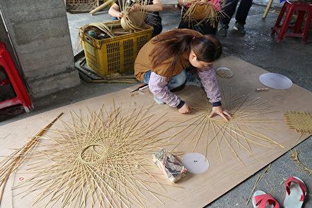 时中帽制作过程,专业师傅进行竹编。