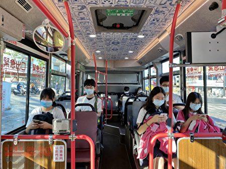 嘉義市電動公車載送市民與學生,安全舒適的上班上學。