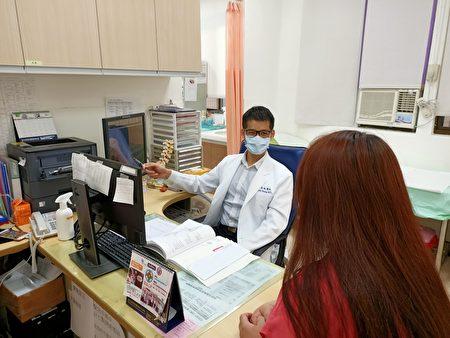 北榮新竹分院骨科醫師黃盈誠正在看診
