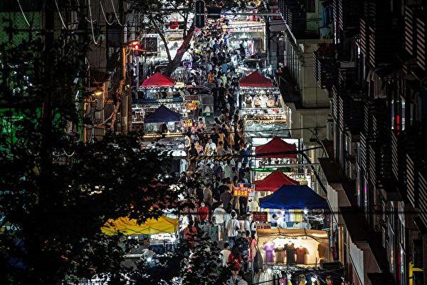 """北京允许摆摊 但不称""""地摊经济"""" 惹议"""
