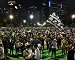 6月4日,香港市民在維園足球場悼念「六四」受難者。(ANTHONY WALLACE/AFP via Getty Images)