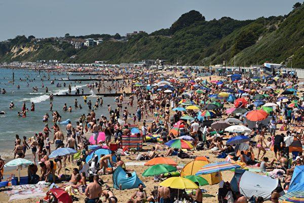 组图:英国高温 海滩群众聚集成防疫隐忧