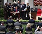 川普签安全警务行政令:须恢复法律和秩序