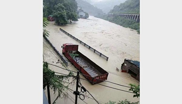 重慶綦江區安穩鎮的同華大橋被洪水淹沒。(受訪人提供)