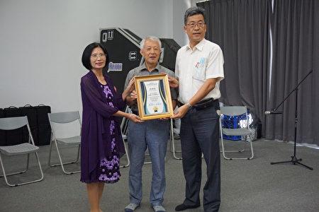 校长张凯瑞(右)和家长会长童郁茹(左)一起颁发感谢状给奇美博物馆创办人许文龙先生,由台南奇美文化基金会顾问纪庆玟(中)代领。