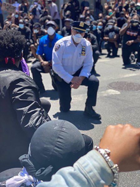 103分局局長Vincent Tavalaro向抗議者單膝下跪,希望抗議者以和平的方式表達訴求。