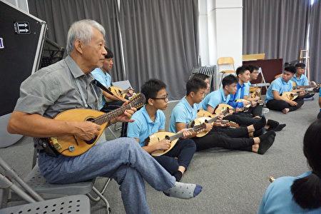 台南奇美文化基金会顾问纪庆玟也和学生打成一片,一起弹奏曼陀