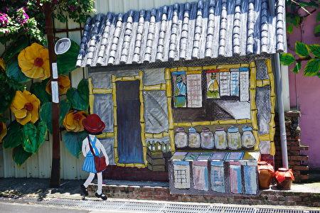 以繪本故事「黃槿樹旁的柑仔店」為題材,創作的鐵雕藝術牆。