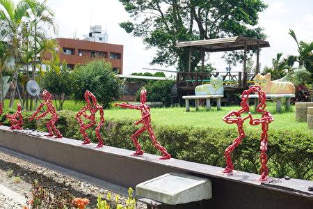 公園裡除了繪本故事外,也有在地的武術文化,用鐵鍊塑造七崁武術的基本招術。