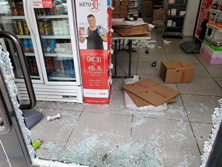 位于华埠格兰街交伊莉莎白街附近的GNC药房2日凌晨两三点被示威者砸破大门,店内药品被劫。
