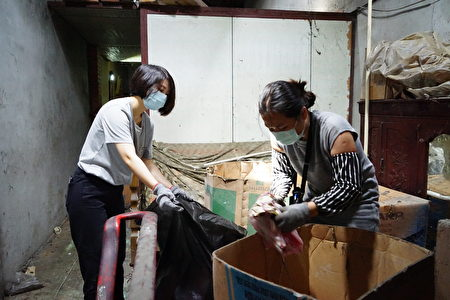 """招募的""""擦澡工""""进驻老屋展开为期两周的环境清理。"""