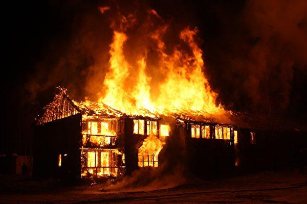 美清洁队员发现民宅失火 冲进去救老年夫妇