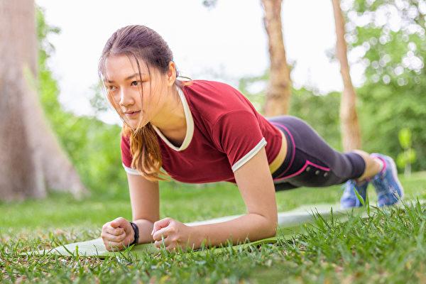 鍛鍊核心肌群,棒式運動比仰臥起坐更能有效果。(Shutterstock)