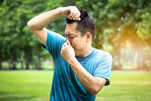 身體有體臭?若有腐臭味、爛蘋果味,可能是肝功能異常。(Shutterstock)