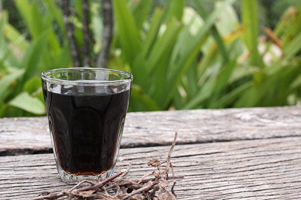青草茶是養生飲品,往往含仙草、薄荷、魚腥草等多種草藥,具消暑退火功效。(Shutterstock)