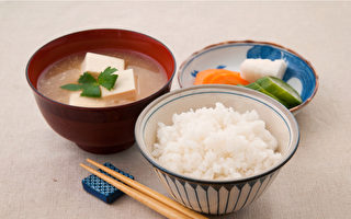 饮食上稍加留意,就能在短时间内改善皮肤病。(Shutterstock)