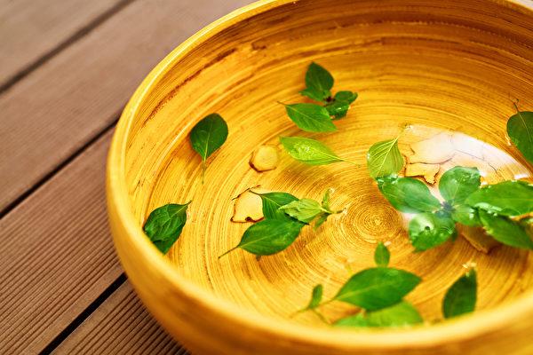 夏天用2味藥材泡腳,能除體內濕氣,並且改善香港腳和皮膚病。(Shutterstock)