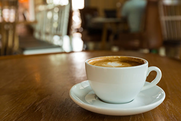 一杯淺烘焙的咖啡,對身體有許多好處。(Shutterstock)