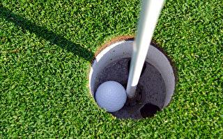美国5岁男童打高尔夫球 一杆进洞