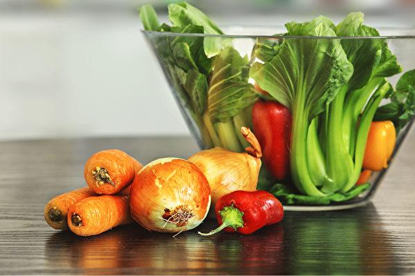 青江菜和胡萝卜、红椒等多种颜色蔬菜搭配,能有更好的解毒排毒效果。(Shutterstock)