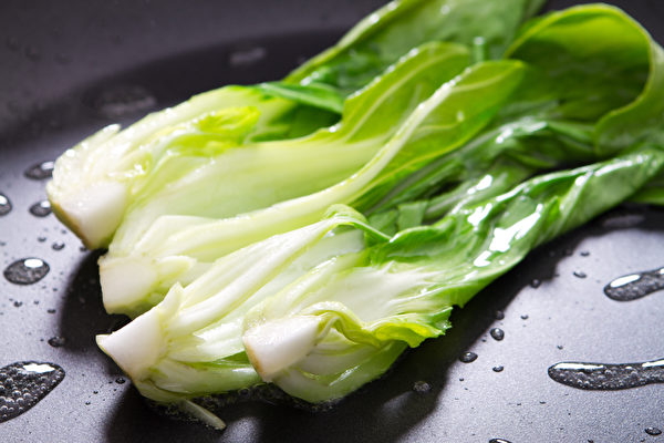 为避免营养流失,料理青江菜最理想的方式不是水煮,而是用油快炒。(Shutterstock)