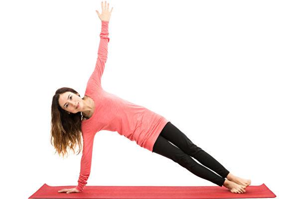棒式運動變化二:側棒式。側棒式能更好地鍛鍊斜腹肌,增強身體側向穩定度。(Shutterstock)