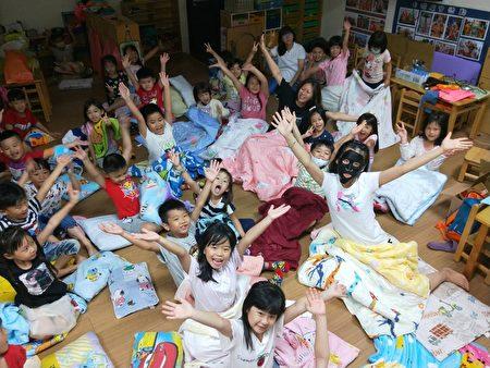 田中镇立幼儿园毕业生及家长夜校园,完成毕典。