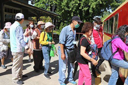 2020富邦家庭照顾者喘息之旅,搭乘小火车到奋起湖暂时远离照顾压力,亲近自然,累积新的照顾能量。