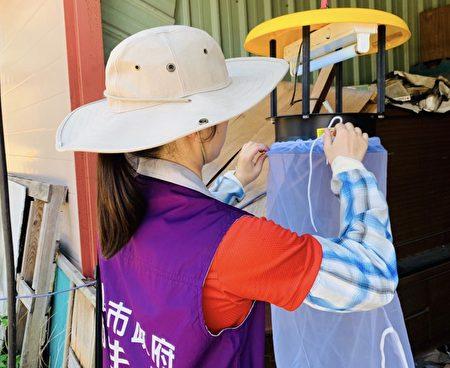 桃園市衛生局針對高風險環境懸掛誘蚊燈,誘捕病媒蚊,加強對當地居民健康訪視與衛教宣導。