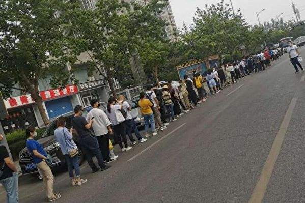 北京的疫情防控措施彻底打乱了许多人的通勤路。(微博图片)