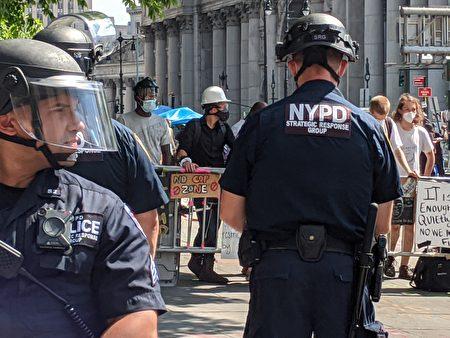"""支持BLM民众在市政厅外其宣称的""""无警自治区""""内,向警方挑衅。"""