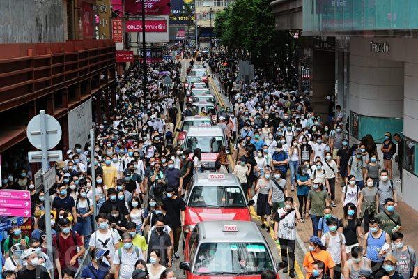 组图:7·1抗议国安法游行 警出水炮车