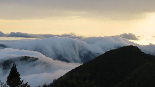 罕見 攝影師在阿里山拍到外海船隊及雲瀑雲海