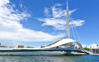 高雄新地标 全台首座可旋转行人跨港大桥启用