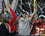 美国NFL年轻四分卫获体育史上最大合同